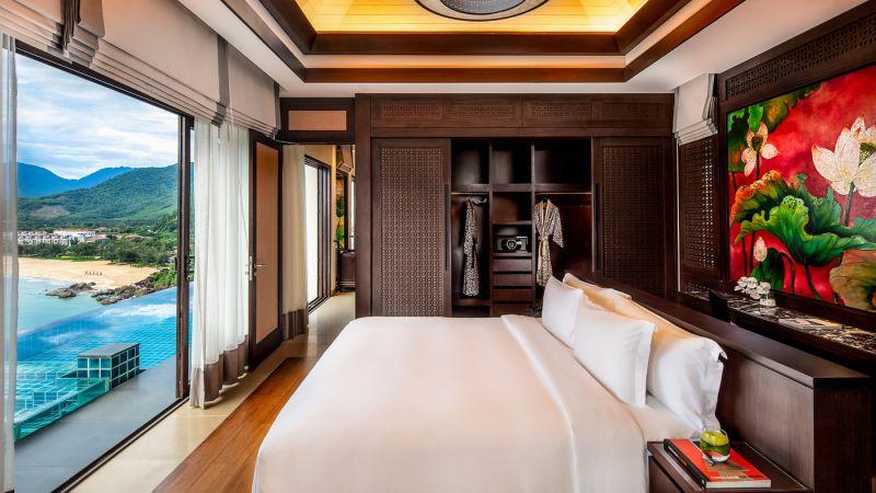 Từ phòng ngủ biệt thự Banyan Tree Residences phóng tầm nhìn trực diện vịnh Lăng Cô