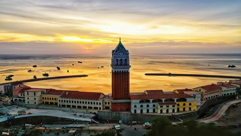 Tháp đồng hồ Central Village là công trình biểu tượng, địa điểm ngắm hoàng hôn tuyệt đẹp tại thị trấn Địa Trung Hải ( Nguồn ảnh: Zing News)