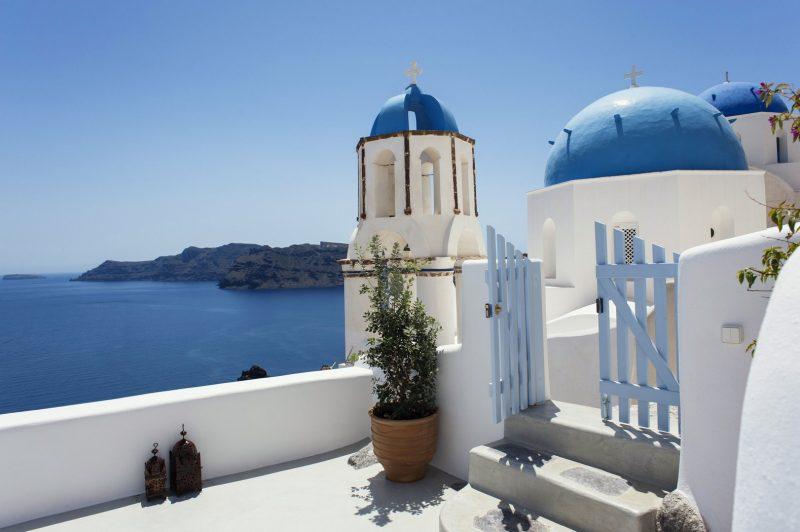 Hai màu xanh và trắng tượng trưng cho trời và biển, thể hiện sự hoà quyện nhịp nhàng với thiên nhiên