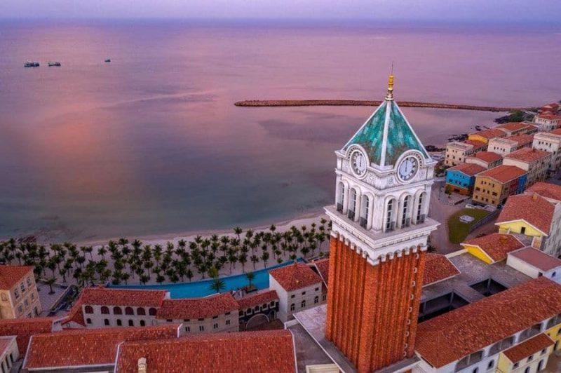 Tháp đồng hồ cap 75m tại trung tâm thị trấn Địa Trung Hải - biểu tượng mới của Nam đảo Ngọc